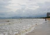 两名东北游客三亚度假,看到三亚湾后,感叹:来三亚看黄河