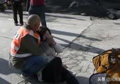 女孩被卷水泥罐车轮底,郑州环卫工大爷紧抱她!哽咽:谁家没小孩