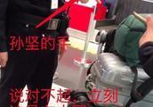 孙坚怒怼外国辱华游客,要求立马致歉,却被反讽