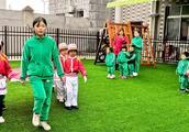 金梧桐幼稚园举行升旗仪式