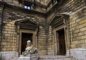 拆毁的歌剧院当中发现了财宝,吸引了很多学者,财宝的主人是谁?