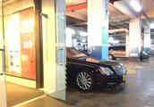 VIP车位停了台迈巴赫,1200万,比车位长出来0.9米