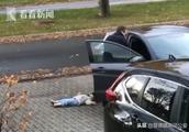 2岁女儿懒得走路躺平装死 被淡定老爸像拎菜一样提回家 哈哈哈……