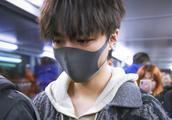 王俊凯最新机场图大秀脖子,粉丝疯狂p图给小凯换上最新过冬装备