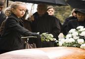 当亲人去世时,自己哭不出来是什么心理?听听心理学家怎么说