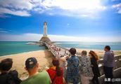 海南三亚迎来晴好天气 游客享受冬日暖阳