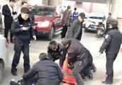 男子持刀砍人,被警方开枪击?#26657;?#19977;名警员受伤!