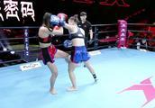 中国女将意志顽强,无视对手攻击出拳暴打,强行压制把对手打怕