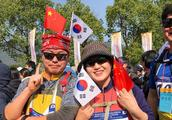 """韩国游客有疑问,中国人不都是""""土豪""""吗,怎么大街上没人穿西装"""
