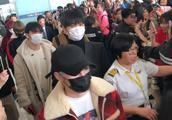 Wanna One返韩航班延误一小时 全因私生饭追星临时退机票?