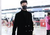范冰冰爸爸范涛穿黑色长款大衣现身 口罩遮面身材高大星味十足