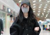 刘亦菲一身低调黑走机场,健美裤混搭短靴瘦了任性穿,纯素颜太美