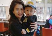 袁咏仪抱胡杏儿的儿子合影 奕霆仔看镜头的样子呆萌可爱