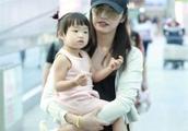 姚晨2岁女儿近照曝光,长成这般模样!网友:难怪一直不肯公开