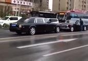 劳斯莱斯逆行,遇到国产车还不让!网友:这不是一般国产车!