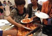 中国大妈在邮轮自助上疯抢食物?网友:还不是因为子女不孝!