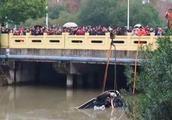 SUV冲入路边河道,所幸未造成人员伤亡
