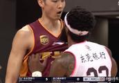 火爆的CBA!广东外援与对方碰撞后引发冲突,1人放倒对方2名球员