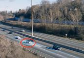 高速上特斯拉时速110却是无人驾驶,吓坏交警,网友:黑科技牛