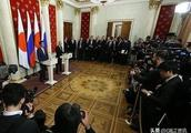 安倍在俄日首脑会谈上寻求迂回策略,与普京握手时弓着腿