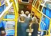6旬老人脚踹公交车司机,导致车祸被判刑3年,网友拍手称快