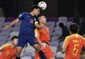 技术碾压!国足半场被泰国队打爆 犯规数多一倍踢功夫足球