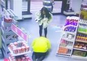 监拍:母女俩开奔驰加油站不慎剐蹭 女加油员无奈向车主下跪道歉