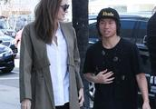 安吉丽娜朱莉携儿子帕克斯在逛好莱坞购物,幸福指数满满