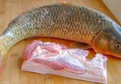 用五花肉炖鲤鱼的家常做法
