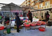 东北小镇满街冻货蛤蟆全是活的,鱼摊上川丁子、柳根、老头鱼都有