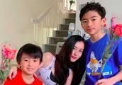 张柏芝与两儿子吃情人节大餐,Lucas献吻小Q送玫瑰花超幸福