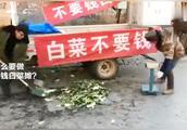 小伙拉来两车白菜免费送,只需扫支付宝红包,仨小时净赚5000元