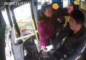 不肯付车费引纠纷,六旬妇女抢夺公交司机方向盘被拘留