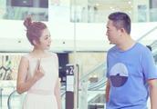 马克提到自己的前妻,王小米拉着他的手,告诉他去给他买玩具