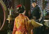 妃子为了孩子远离宫内争斗,跪求男子把孩子带走,去做一个平凡人