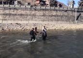 毒贩驾车撞警车 为逃避追捕跳下6米河堤 结果摔断腿无法动弹