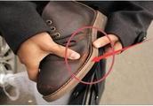 怎样看鞋子是否容易脱胶?