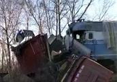 货车与火车相撞事故现场高清大图 货车为什么撞上火车?