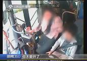 坐过站要求下车遭拒,老人抢夺方向盘,司机反手就是一肘