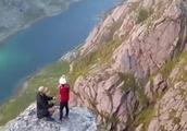 英国情侣挑战极限,他们来到挪威悬崖边,完成了最冒险刺激的求婚