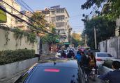 南京汉口路小学周围大量车辆违停,上学放学堵到心塞