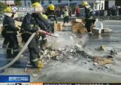 苏州:电动车路边自燃,公交车司机拿下灭火器就冲了出去!