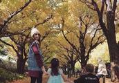昆凌带儿女在树下漫步,女儿美的不像话