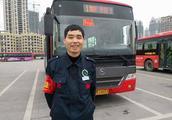 女子公交车上扔垃圾被劝阻 辱骂公交司机近半小时