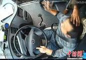 乘客公交车上乱扔瓜子壳还拍打司机头部 被警方拘留罚款