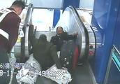一位灵活的胖子!乘客乘电梯时不慎摔倒,轨交员翻身越过栏杆救援