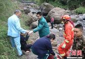 四川峨眉山一小型直升飞机迫降时发生意外2名飞行员受伤