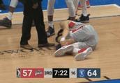 周琦再受伤 争篮板扭伤脚踝场边替补席接受治疗
