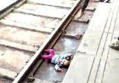"""被幸运眷顾的小女孩 被火车""""轧过""""奇迹般逃生毫发无损"""
