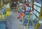 女孩在公交车上遭到骚扰后求助司机:我害怕,有个叔叔摸我